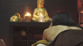 Ładna dziewczyna w masażu pokoju przed masażem zbiory