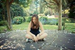 Ładna dziewczyna w ogródzie fotografia royalty free