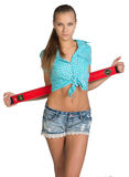 Ładna dziewczyna w skrótach i koszulowej mienie czerwieni Zdjęcia Royalty Free