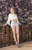 Ładna dziewczyna w wiosna ogródzie obraz royalty free