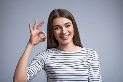 Ładna dziewczyna wyraża positivity Fotografia Royalty Free