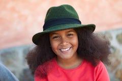 Ładna dziewczyna z długim afro włosy z eleganckim czarnym kapeluszem obraz royalty free