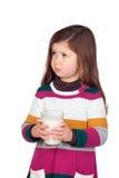 Ładna dziewczyna z dojnym szkłem zdjęcie royalty free