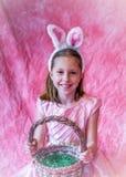 Ładna dziewczyna z Easter królika i kosza ucho zdjęcia royalty free