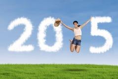 Ładna dziewczyna z obłoczną tworzy liczbą 2015 Zdjęcie Stock