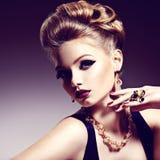 Ładna dziewczyna z piękną fryzury i złota biżuterią, jaskrawy m obrazy stock