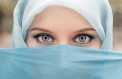 Ładna dziewczyna z pięknymi dużymi niebieskimi oczami, dużymi rzęsami i eyeb, zdjęcie royalty free