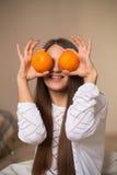 Ładna dziewczyna z pomarańczami Zdjęcie Royalty Free