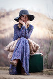 Ładna dziewczyna z rocznik skrzynką na dirtroad zdjęcia royalty free