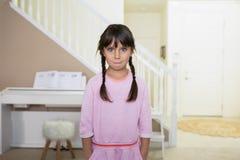 Ładna dziewczyna Z zmieszanym spojrzeniem fotografia stock