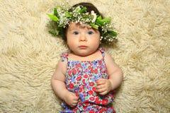 Ładna dziewczynka jest ubranym kwiat głowy wianek Zdjęcia Royalty Free