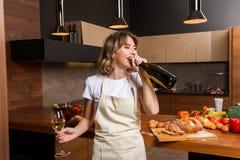 Ładna gospodyni domowa w kuchni z szkłem wino Zdjęcie Stock