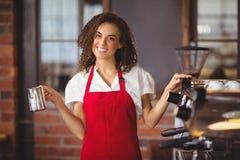 Ładna kelnerka trzyma dzbanek Obrazy Royalty Free