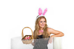 Ładna kobieta bawić się królika Fotografia Royalty Free