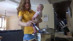 Ładna kobieta chwyta dziewczynka, mieszanka spaghetti w parowym garnku 4K zdjęcie wideo