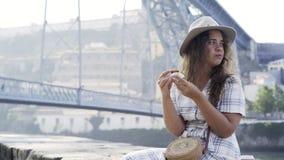 Ładna kobieta cieszy się cukierki na bulwarze zdjęcie wideo