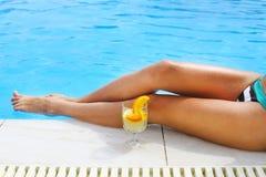Ładna kobieta cieszy się koktajl blisko pływackiego basenu Obraz Royalty Free
