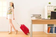 Ładna kobieta cieszy się wakacje ucieczki pracę Obrazy Stock