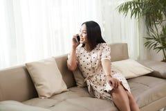 Ładna kobieta dzwoni na telefonie obraz stock