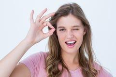 Ładna kobieta gestykuluje ok szyldowego Obrazy Royalty Free