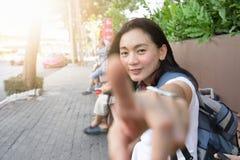 Ładna kobieta jest podróżnikiem wewnątrz podąża ja pojęcie fotografia royalty free