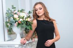 Ładna kobieta jest ubranym elegancką biżuterię obrazy royalty free