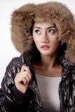 Ładna kobieta jest ubranym zimę ciepłą odziewa Obrazy Royalty Free