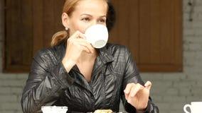 Ładna kobieta lunch na lato tarasie, zakończenie dziewczyny napoje kawowi lub herbaciani 4K zbiory wideo