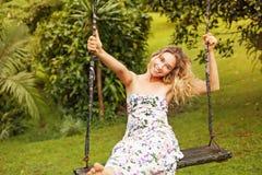 Ładna kobieta na huśtawce Zdjęcia Royalty Free
