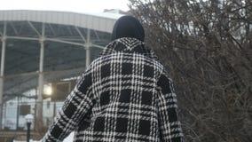 Ładna kobieta na ulicznej patrzeje kamerze zdjęcie wideo