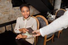 Ładna kobieta płaci dla jej lunchu fotografia stock