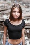Ładna kobieta patrzeje up na tło ruinach Zdjęcia Royalty Free