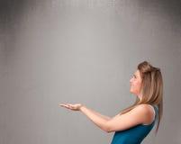 Ładna kobieta przedstawia pustą kopii przestrzeń Obraz Royalty Free