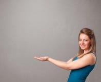 Ładna kobieta przedstawia pustą kopii przestrzeń Zdjęcie Royalty Free