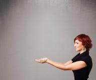 Ładna kobieta przedstawia pustą kopii przestrzeń Obrazy Stock