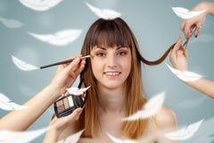 Ładna kobieta przy salonem z eterycznym pojęciem obraz stock