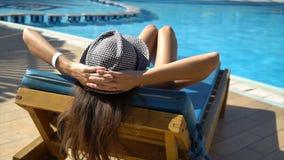 Ładna kobieta relaksuje w lounger basen blisko Pojęcie podróży powołanie zdjęcie wideo