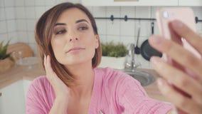 Ładna kobieta robi selfie w kuchni Styl życia fotografii zawartość zdjęcie wideo