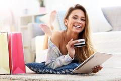 Ładna kobieta robi zakupy online z kredytową kartą obraz royalty free