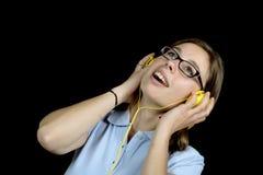Ładna kobieta słucha muzyka z hełmofonem zdjęcia royalty free