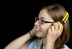 Ładna kobieta słucha muzyka z hełmofonem zdjęcie stock