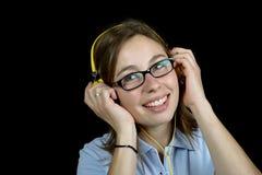 Ładna kobieta słucha muzyka z hełmofonem obraz royalty free