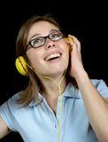 Ładna kobieta słucha muzyka z hełmofonem obraz stock