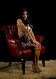 Ładna kobieta siedzi stosownie w krześle obrazy royalty free