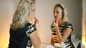 Ładna kobieta stosuje wieczór makeup zbiory wideo