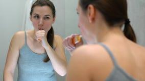 Ładna kobieta szczotkuje jej zęby w łazience w ranku Ranek higiena zbiory