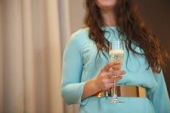 Ładna kobieta trzyma szkło szampan w jej ręce Obraz Stock