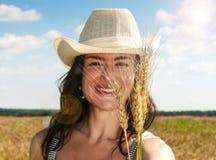 Ładna kobieta w śródpolnym zakończeniu w górę portreta Fotografia Royalty Free