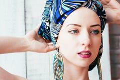 Ładna kobieta w błękitnym chustka na głowę w afrykańskim sposobie obrazy stock