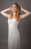 Ładna kobieta w Białej Maksiej sukni Obrazy Stock